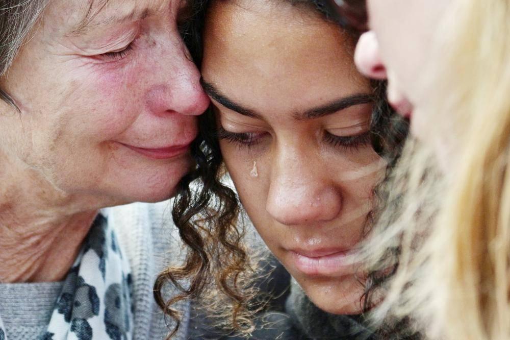 سيدتان تذرفان الدمع خلال تأبين ضحايا مذبحة المسجدين في كرايست شيرش أمس.