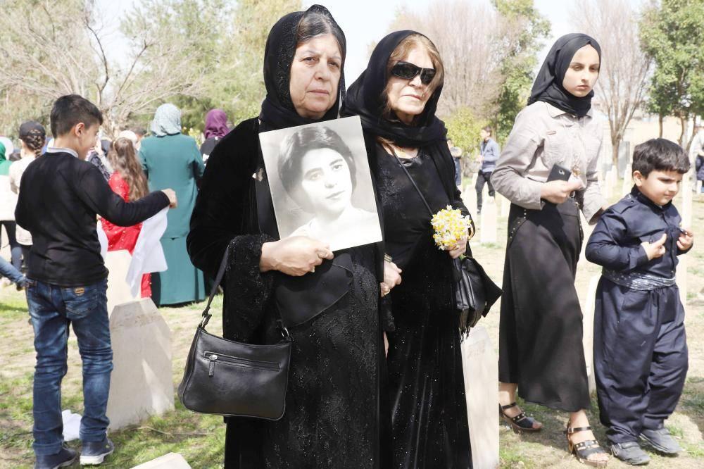 كرديات عراقيات يزرن مقبرة في حلبجة لضحايا مذبحة الغاز التي أودت بحياة حوالى 5 آلاف أمس الأول.  (أ ف ب)