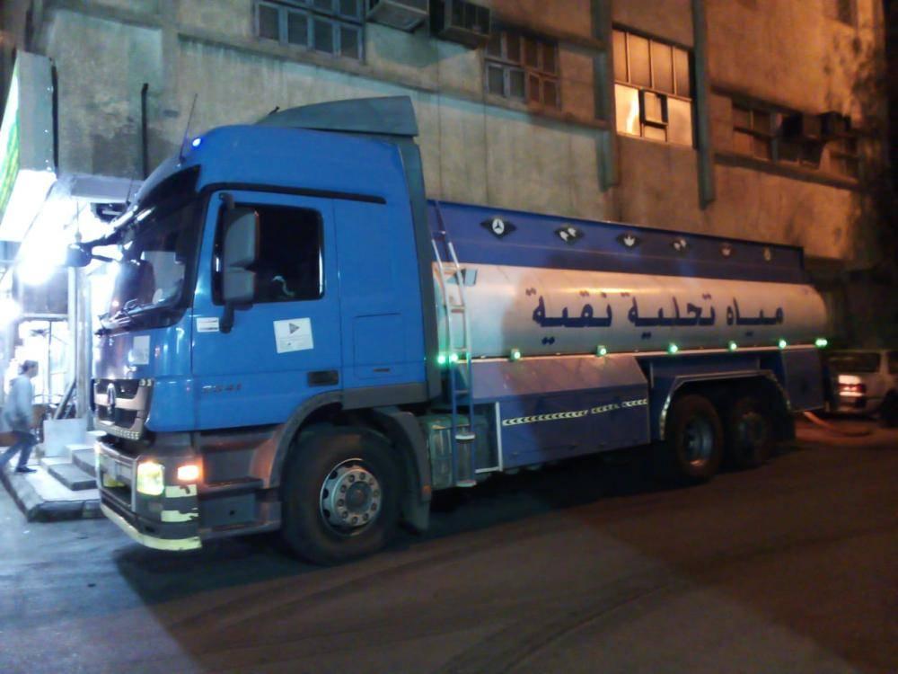 سكان الأحياء يلجأون إلى صهاريج المياه. (تصوير: حسام كريدي)