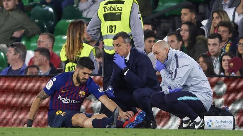 سواريز يتلقى العلاج أثناء المباراة