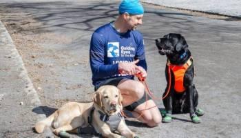 توماس بانيك مع كلابه.