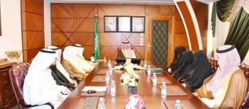 الأمير سعود بن نايف خلال تدشين برنامج المعرفة. (عكاظ)