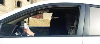 سيدة تقود سيارتها في جازان. (تصوير: عبير عباس)