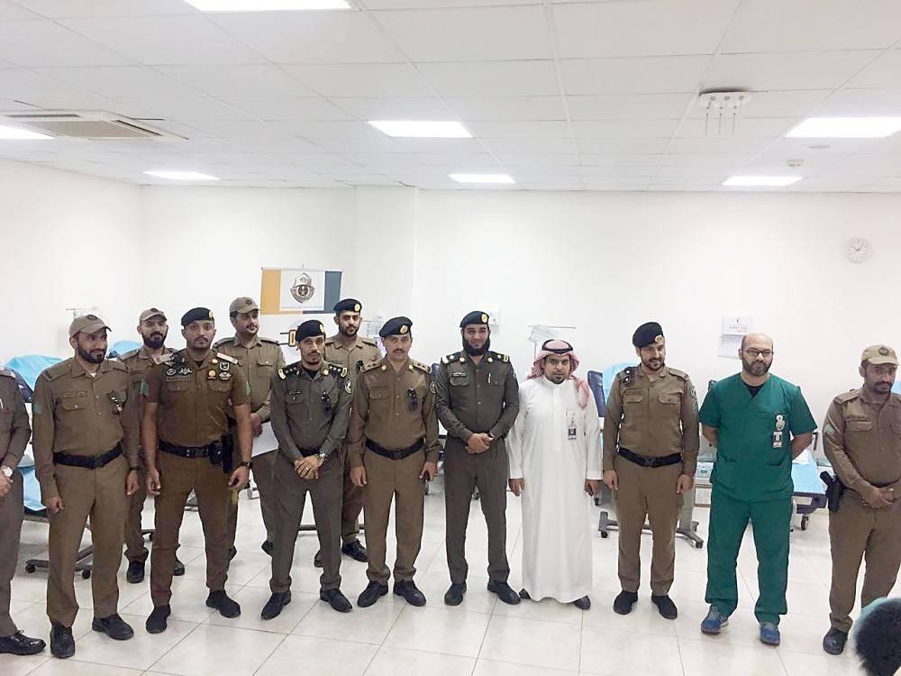 أفراد أمن الطرق خلال تبرعهم بالدم.