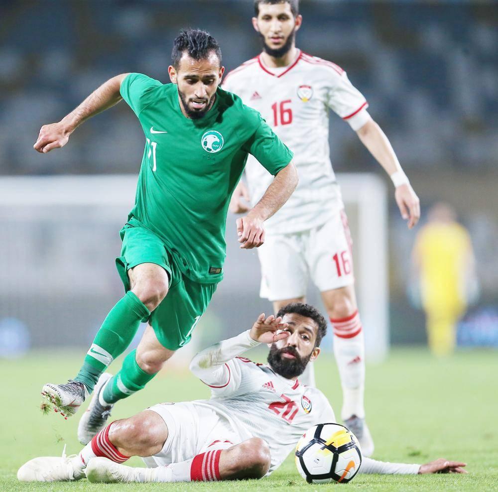 جانب من لقاء المنتخبين الشقيقين السعودي والإماراتي الذي انتهى بفوز الأخير 2/1