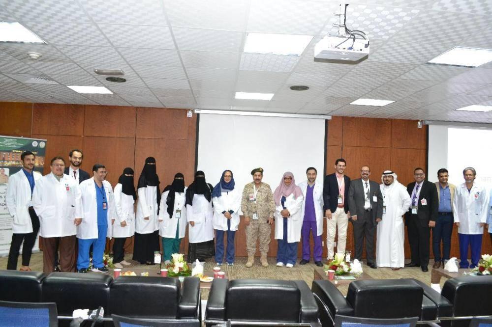 اللواء طبيب السيف يتوسط المشاركين في اليوم العلمي.