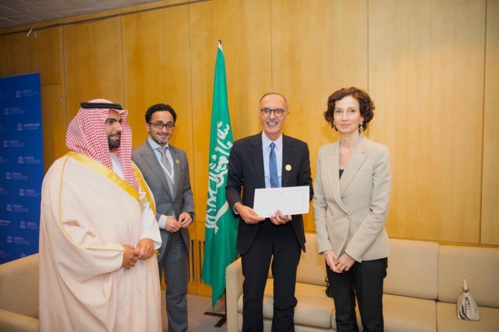 الأمير بدر بن عبدالمحسن مكرما من اليونسكو، بحضور وزير الثقافة الأمير بدر بن عبدالله بن فرحان، وبدر العساكر.
