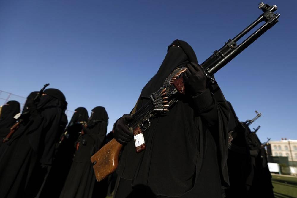 نساء يمنيات أجبرهن الحوثي على التجنيد.