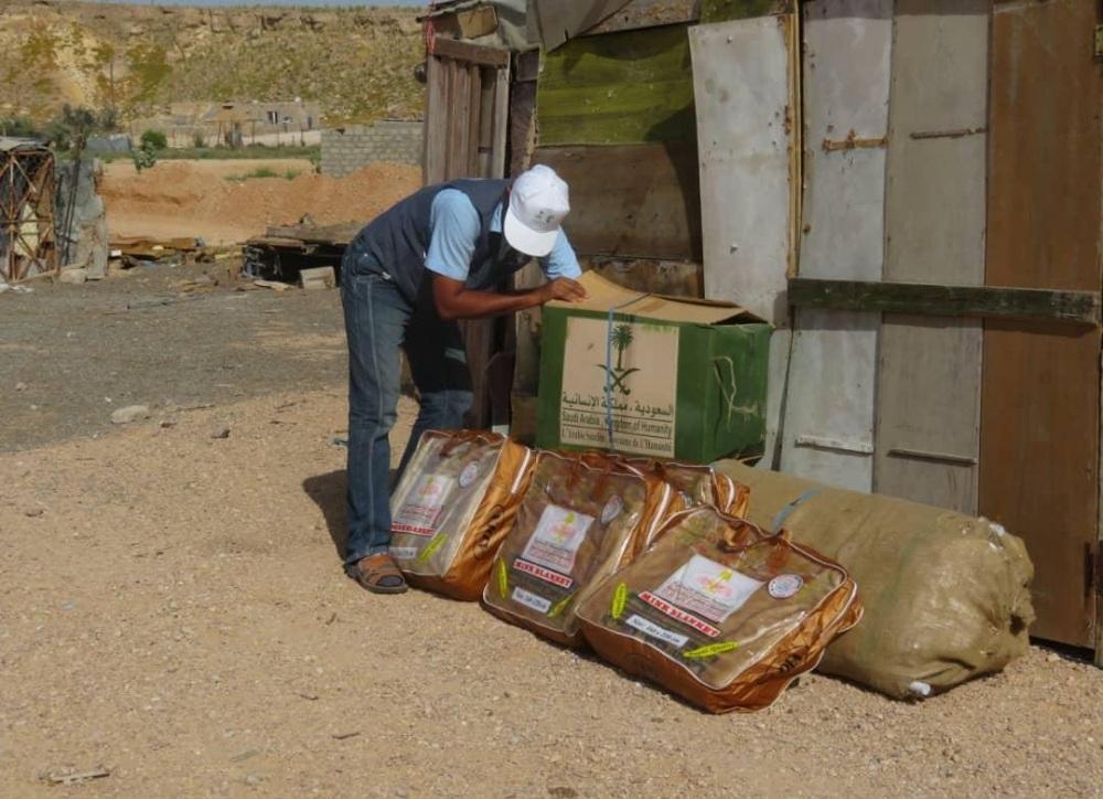 مركز الملك سلمان يوزع مساعدات إيوائية في مديريتي الغيضة وحات بالمهرة