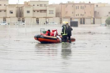 رجال الدفاع المدني يقومون بعملية الإنقاذ بعد غرق حي الفاخرية بالأمطار.