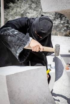 إحدى المشاركات في النحت المباشر على صخر الرخام.