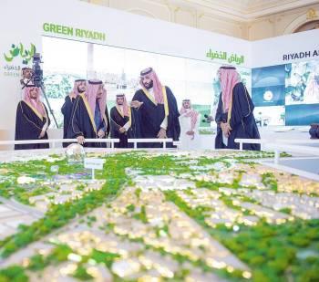 الملك سلمان لدى تدشينه مشاريع الرياض أخيراً، مستمعاً إلى شرح من ولي العهد.