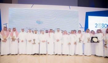 وزير التعليم متوسطا الفائزين بالجائزة الرقمية. (عكاظ)
