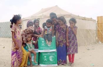 معونات غذائية لأهالي حجة اليمنية. (عكاظ)