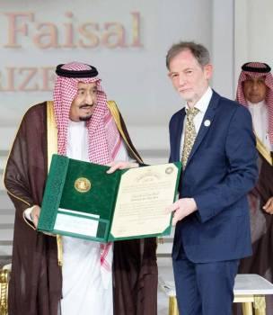 الملك سلمان مكرما أحد الفائزين بالجائزة العام الماضي (2018).