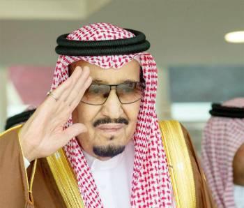 الملك سلمان محييا حضور الحفل.