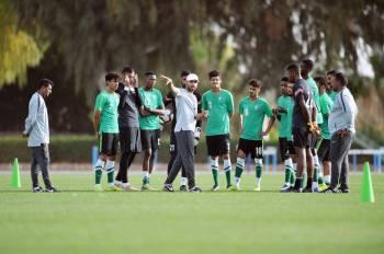 المدرب سعد الشهري يوجه لاعبي المنتخب الأولمبي.