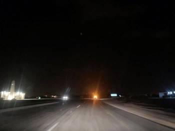 الظلام يخيم على الطريق ليلا.