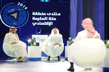 المشاركون في حلقة نقاش «الضيافة والتطوير العقاري». (عكاظ)
