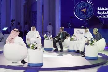 أحمد لنجاوي خلال حديثه في إحدى الجلسات. (عكاظ)