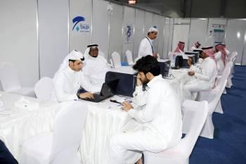 لجنة الإشراف على الانتخابات أثناء استقبال المقترعين. (تصوير: مديني عسيري)