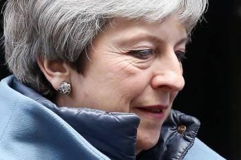 ماي تغادر 10 داونينج ستريت في لندن أمس. (أ.ف.ب)