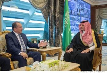 الأمير عبدالعزيز بن سعود مستقبلا سفير المملكة المتحدة.