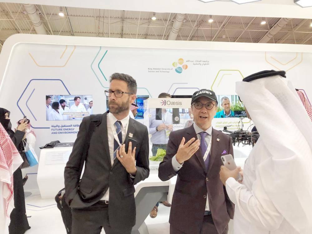 رئيس جامعة الملك عبدالله للعلوم والتقنية (كاوست) خلال حضوره معرض التعليم.
