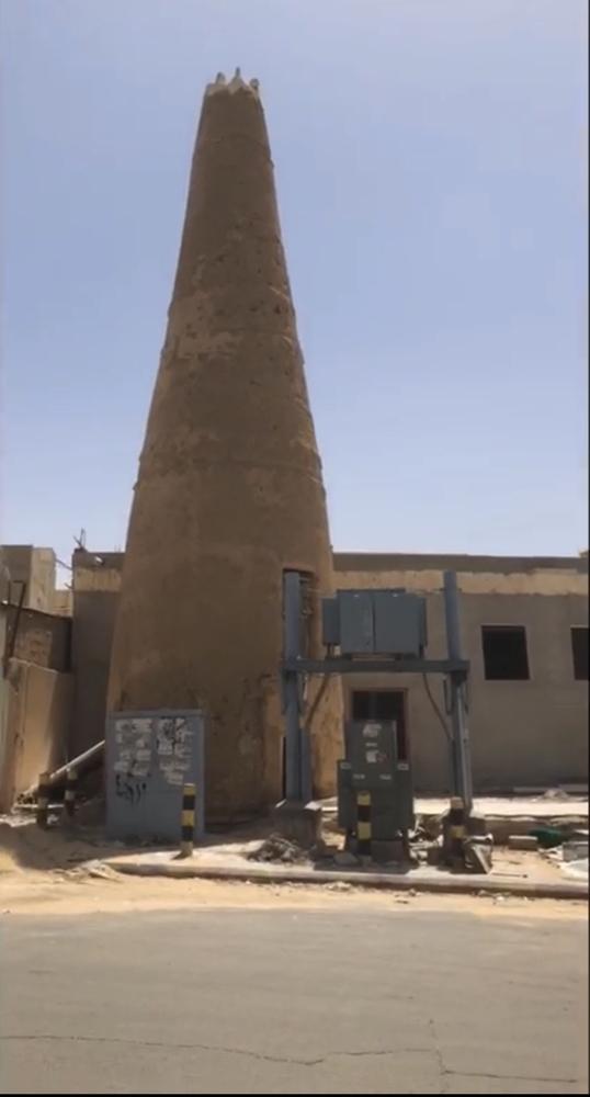مئذنة المسجد بحاجة للعناية. (عكاظ)