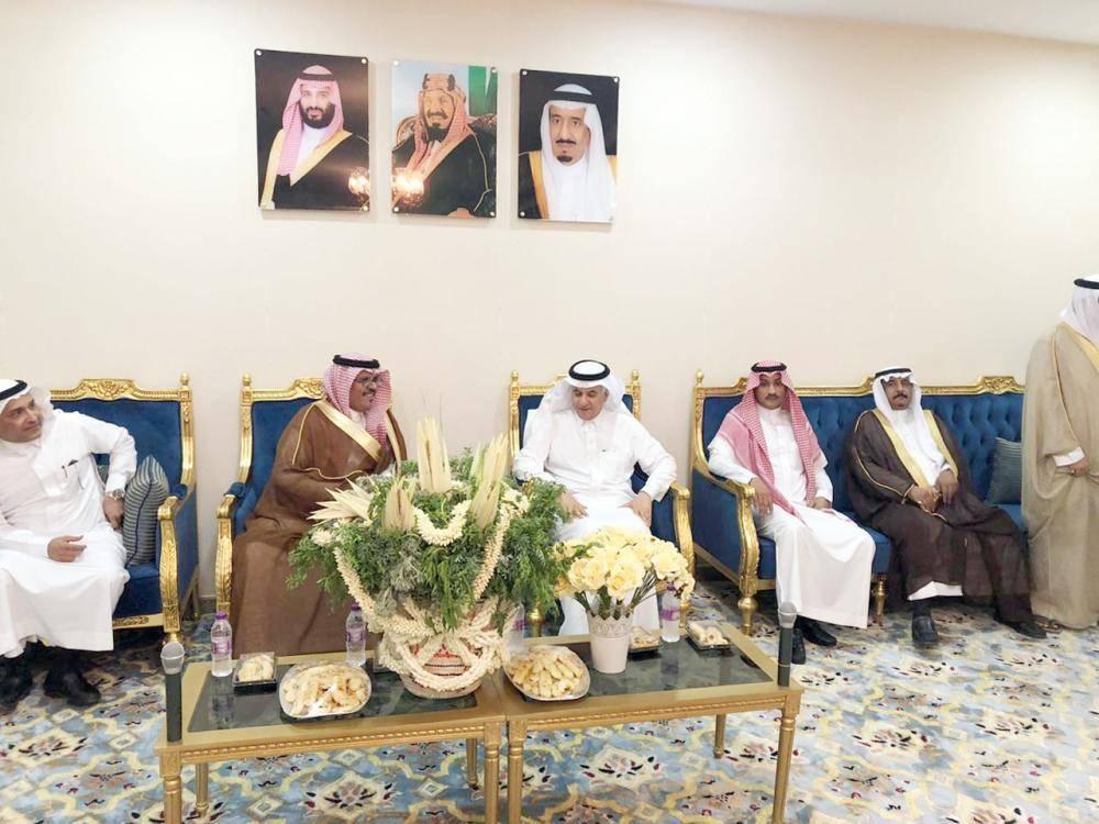 الوزير خلال اجتماعه بالمحافظ والأهالي.