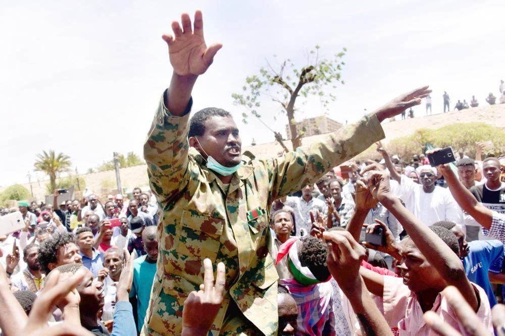 متظاهر يرتدي الزي العسكري خلال الاحتجاجات المتواصلة في العاصمة السودانية الخرطوم، أمس.   (أ.ف.ب)