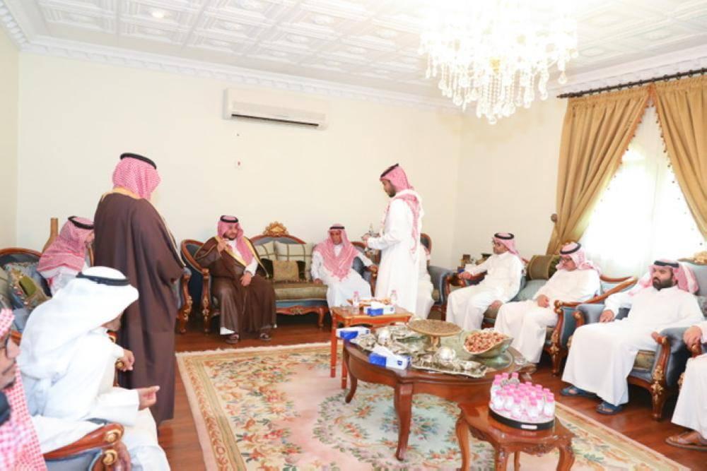 نائب أمير الجوف يعزي أسرة القرزوح في وفاة العميد سعود