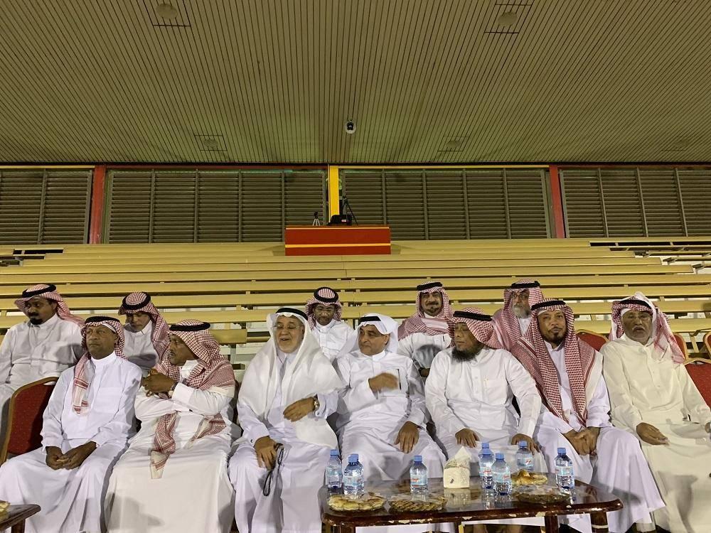 عدد من أعضاء شرف القادسية خلال حضورهم التدريبات.