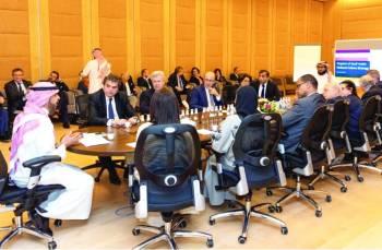 نائب وزير الثقافة خلال لقائه مثقفين فرنسيين في الرياض.