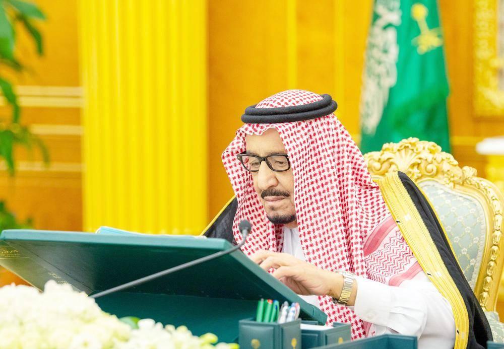 الملك سلمان خلال ترؤسه جلسة مجلس الوزراء أمس في الرياض. (واس)