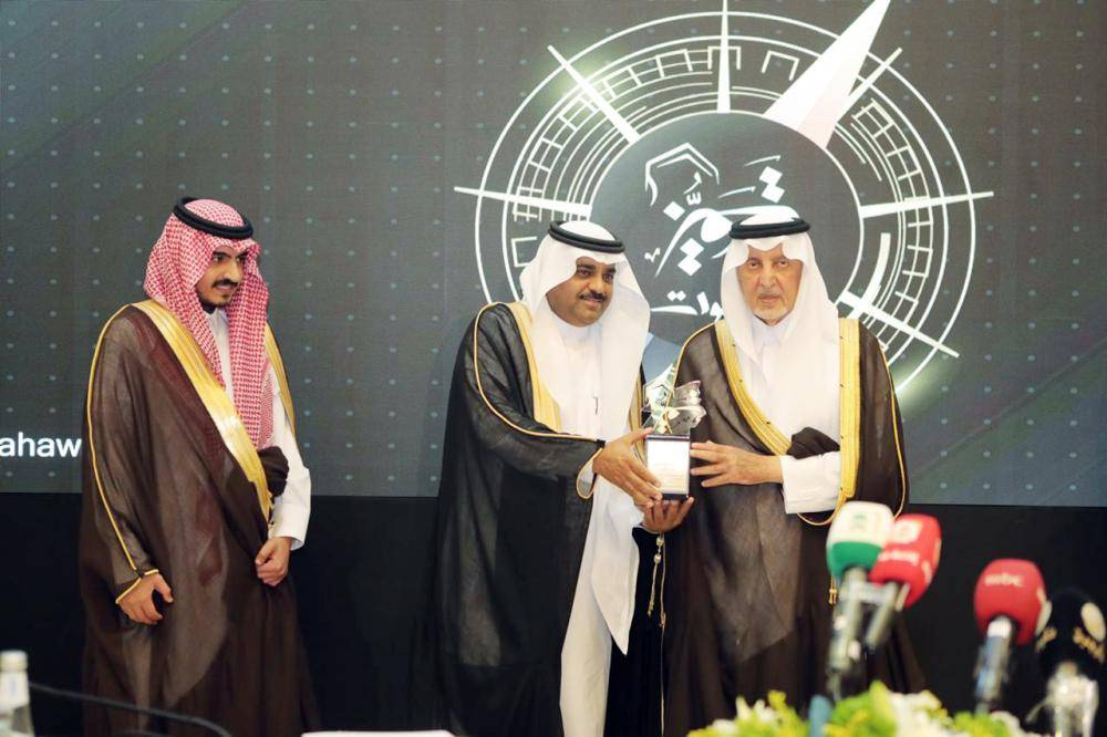 الأمير خالد الفيصل مسلما الأحمدي درع التكريم.