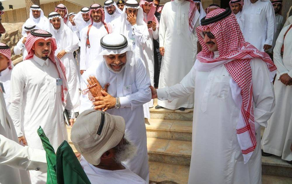 تركي بن طلال يزور البرك ويبحث جوانب النقص مع قاطنيها