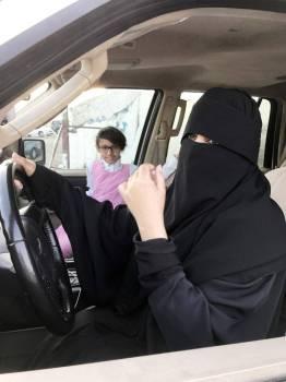 أم الحارث أثناء نقل أبنائها إلى مدارسهم.
