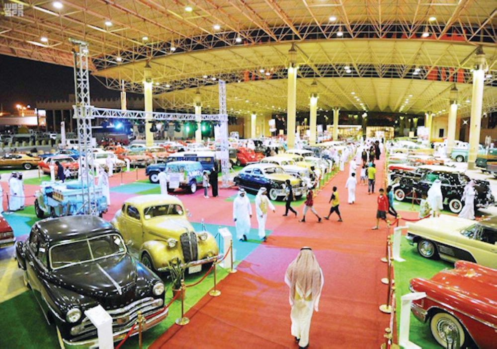 600 سيارة تراثية تشارك في مهرجان «كلاسيك القصيم» الذي انطلق أخيراً في بريدة. (عكاظ)