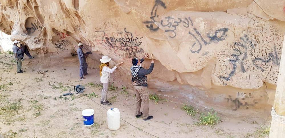 تنظيف صخرة عنترة من الشوائب.
