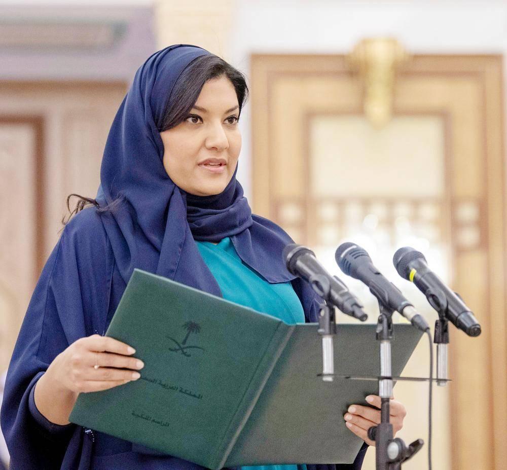 الأميرة ريما أثناء أداء القسم أمام خادم الحرمين الشريفين في الرياض أمس الأول. (واس)