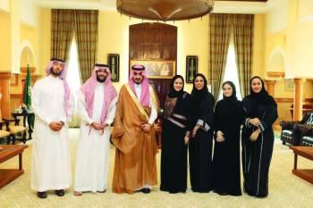 الأمير بدر بن سلطان مع وفد كلية الإعلان.