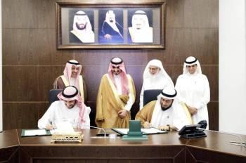 الأمير بدر بن سلطان يشهد توقيع الاتفاقية أمس.