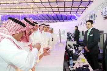 الأمير بدر بن سلطان خلال جولته التفقدية على مطار المؤسس الجديد.