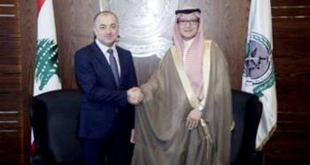 وزير الدفاع اللبناني مستقبلا السفير السعودي في بيروت أمس.