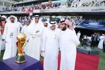 تركي آل الشيخ مع كأس البطولة قبل انطلاق المباراة النهائية التي جمعت الهلال بالنجم التونسي.