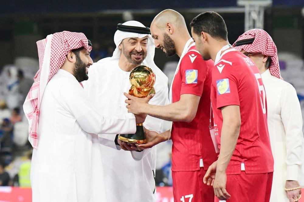 محمد بن زايد يتوج قائد النجم التونسي بكأس البطولة.