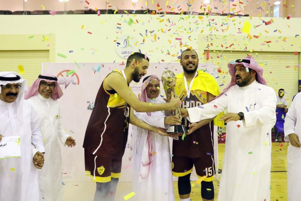 رئيس اتحاد السلة عبدالرحمن المسعد أثناء تتويج أحد بلقب الدوري.
