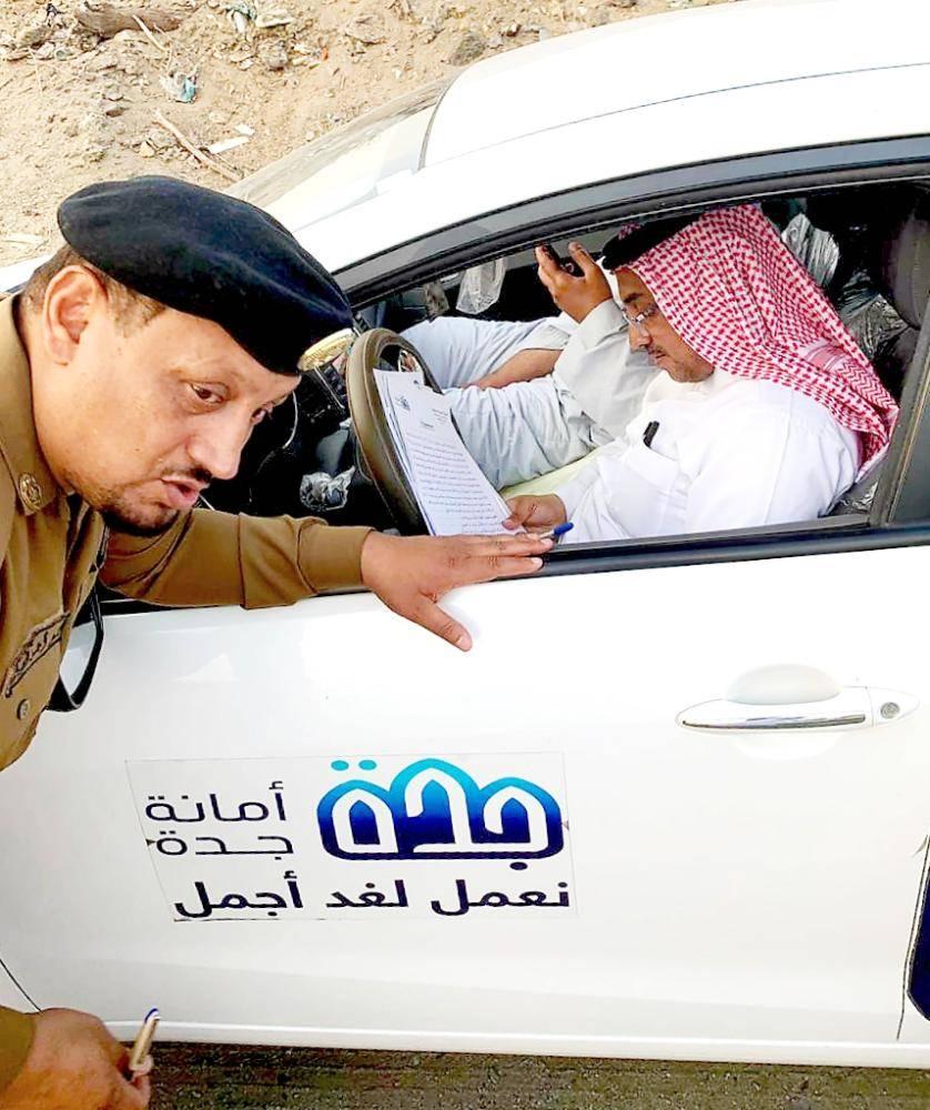 اللجنة أثناء ضبط مخالفات بيع حليب الإبل.