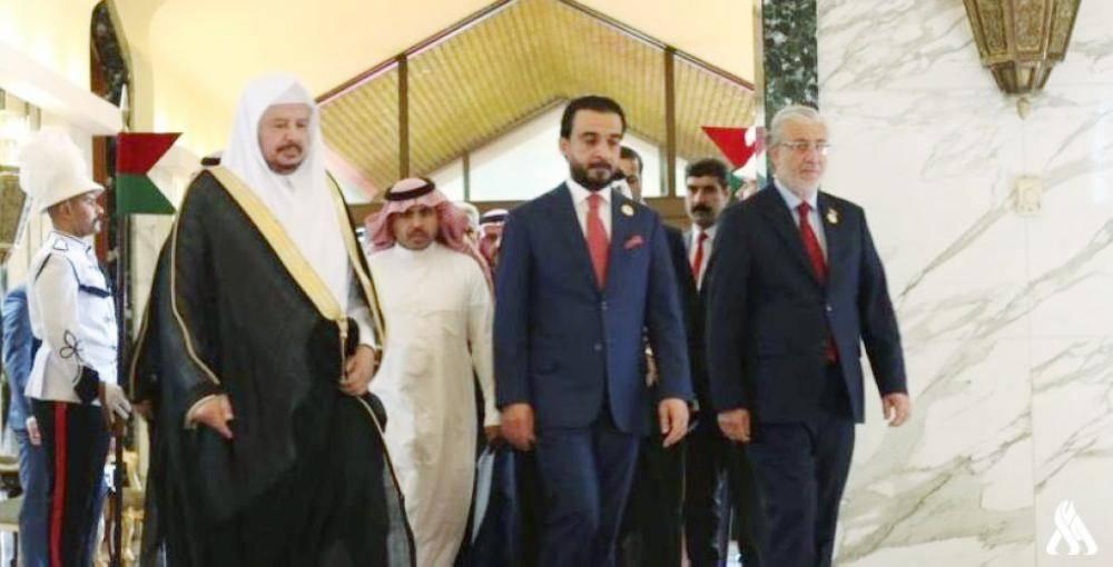 آل الشيخ لدى وصوله بغداد أمس للمشاركة في أعمال قمة بغداد لبرلمانات دول جوار العراق وفي استقباله رئيس مجلس النواب العراقي محمد الحلبوسي.